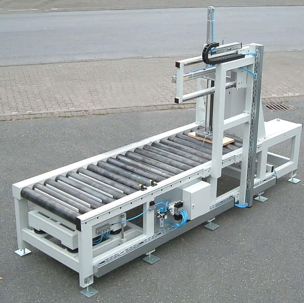 Rollenbahn mit Aushebung und Vereinzelung, Gesamtgewicht der Werkstücke 1500kg